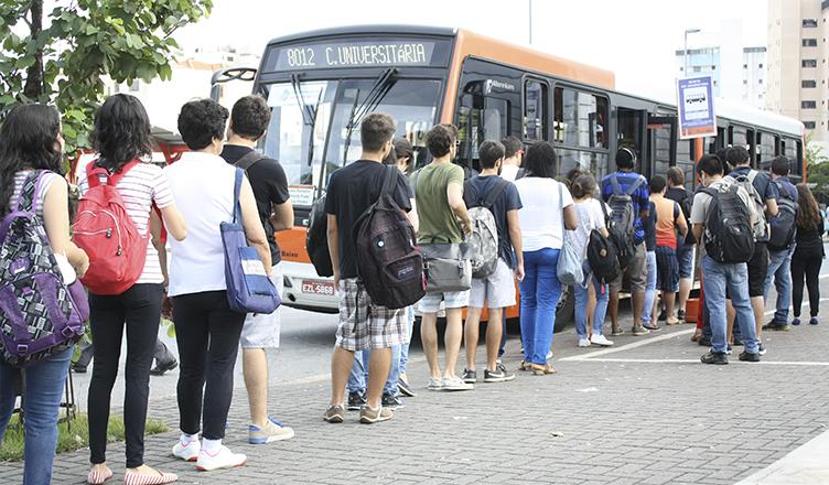 Nos horários de pico, filas dobram a esquina do terminal e ônibus ficam superlotados devido ao aumento da demanda de passageiros (foto: Nairim Bernardo)