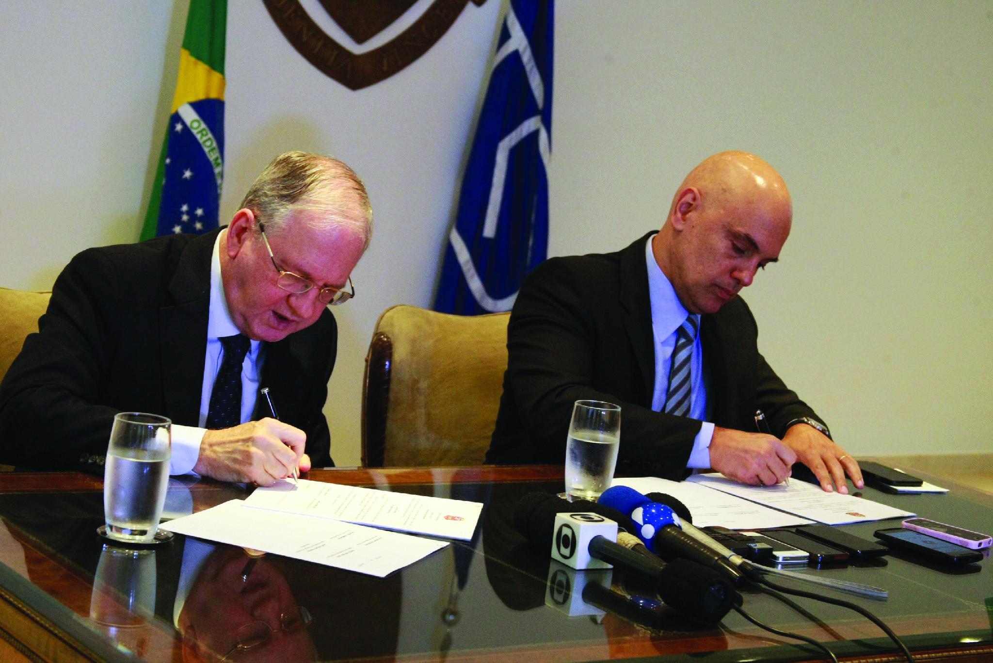 O reitor Marco Antonio Zago e Alexandre de Moraes, quando Moraes ainda era secretário estadual de segurança pública de São Paulo