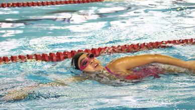 Vitória compete com seus óculos de natação vedados com fita isolante para garantir a ausência de luz (Foto: Daniel Tubone)