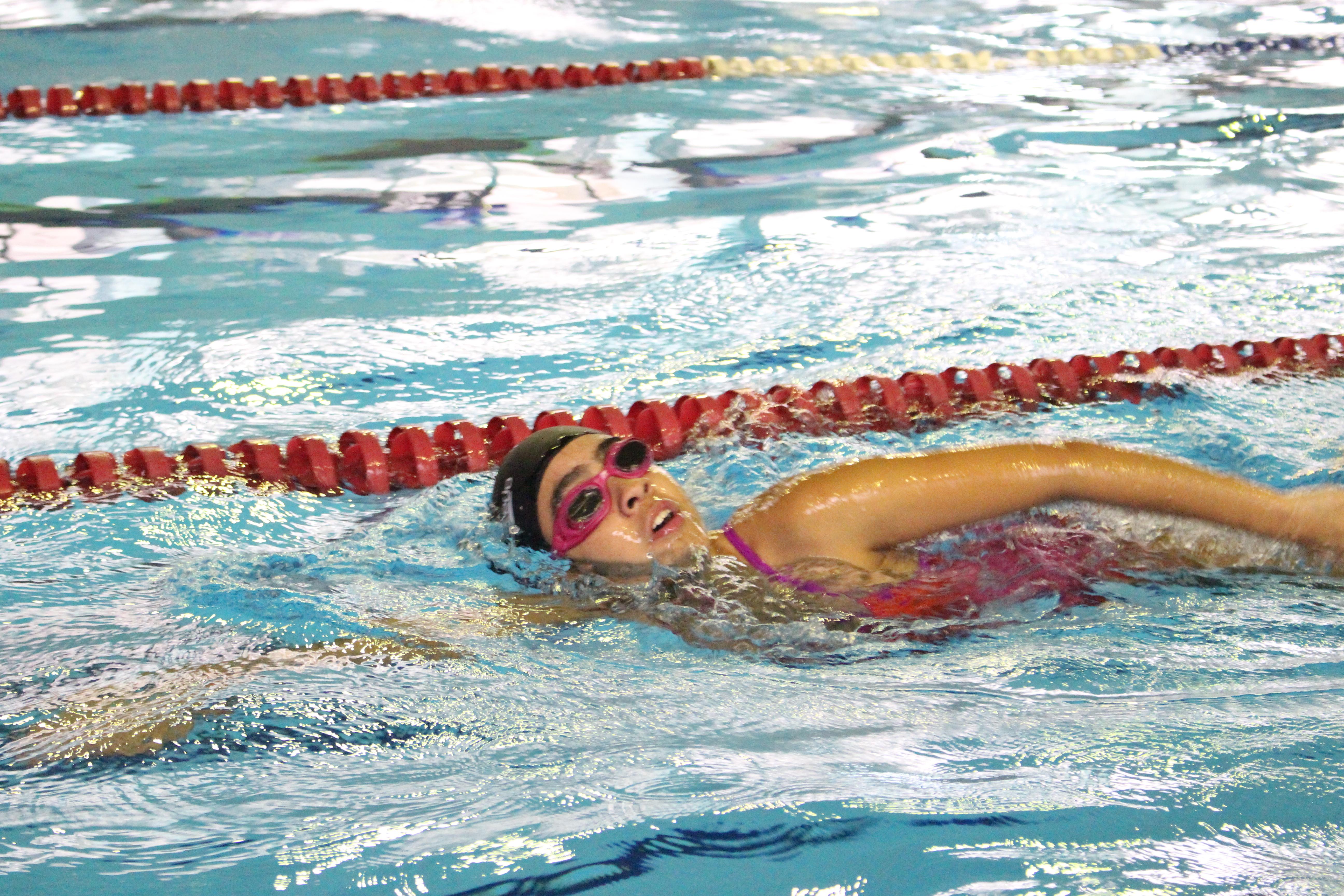 Vitória compete com seus óculos de natação vedados com fita isolante para  garantir a ausência de decf8196c4