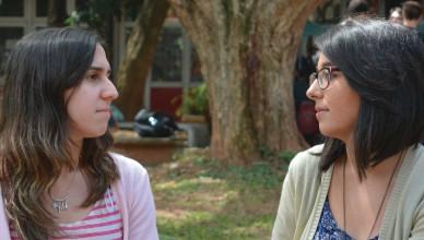 Carolina Mantovani e Carolina Benazzato, estudantes da FFLCH, descobriram o cancelamento do edital por conta própria e reclamam sobre a falta de informações (Foto: Bianka Vieira)