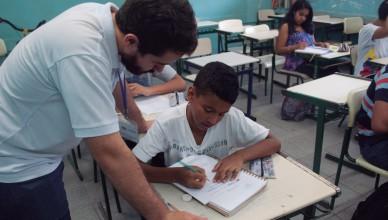 """""""Nosso foco não é nem ensinar matemática nem fazer com que os alunos passem no vestibular, mas mostrar a importância da educação em sua vida."""", diz Renata Inacio, aluna da Poli e voluntária (Foto: Bianka Kirklewski)"""