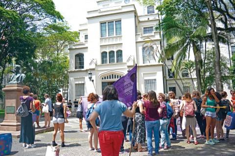 Mulheres realizam ato questionando o silenciamento da FMUSP para a punição de casos de estupro | foto: Bianka Vieira e Luiza Missi