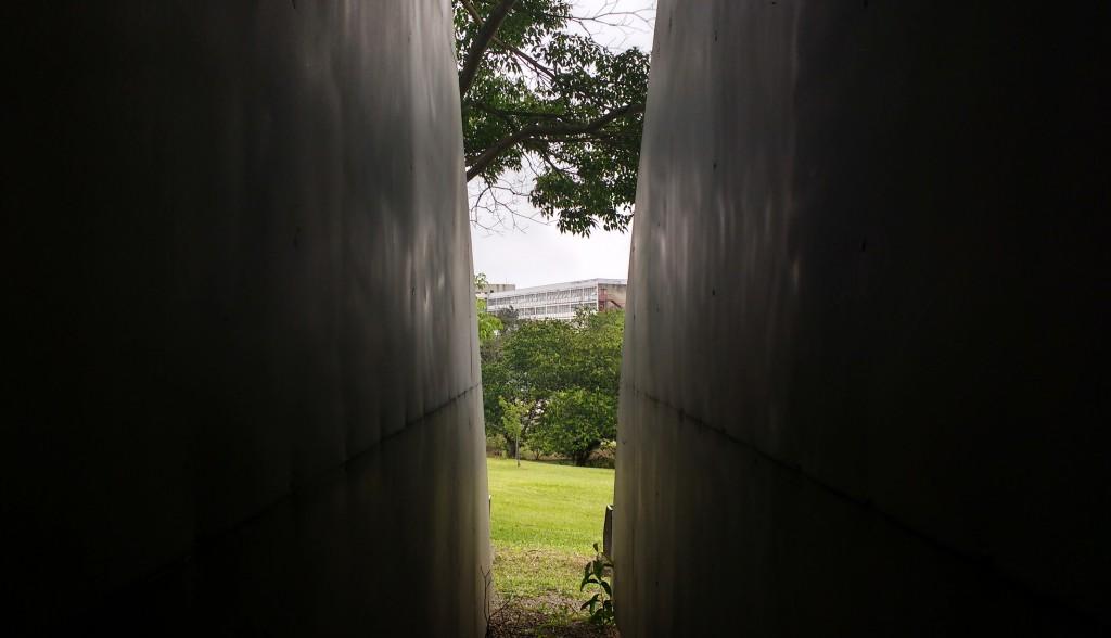 Revestido em aço inoxidável, o monumento localiza-se também em frente à FFLCH, ao lado do Complexo Brasiliana USP e dá vista para o prédio da antiga Reitoria da Universidade.