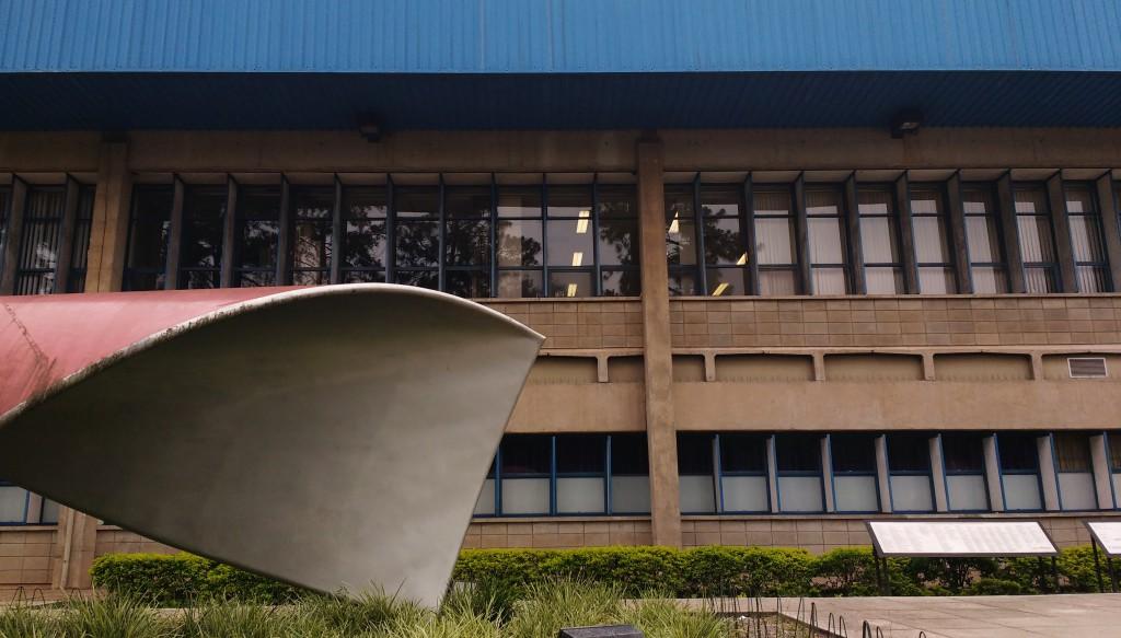 """Em comemoração aos 60 anos da Faculdade de Economia, Administração e Contabilidade (FEA) da USP, foi inaugurada em 16 de agosto de 2008 a escultura """"Sem Título"""" de Tomie Ohtake, instalada em frente ao prédio da Faculdade."""