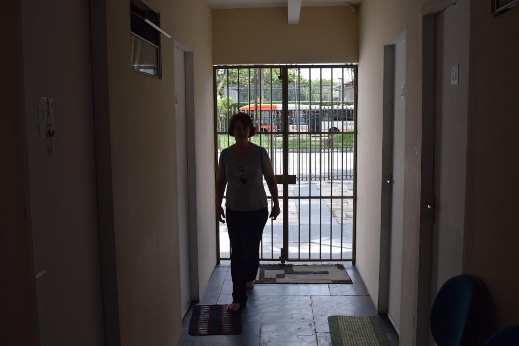 Em outras vezes, os serviços da casa ficam por conta de seu locatário. Cláudia Elena administra uma república onde mora há 3 anos, com mais de 50 estudantes da USP.