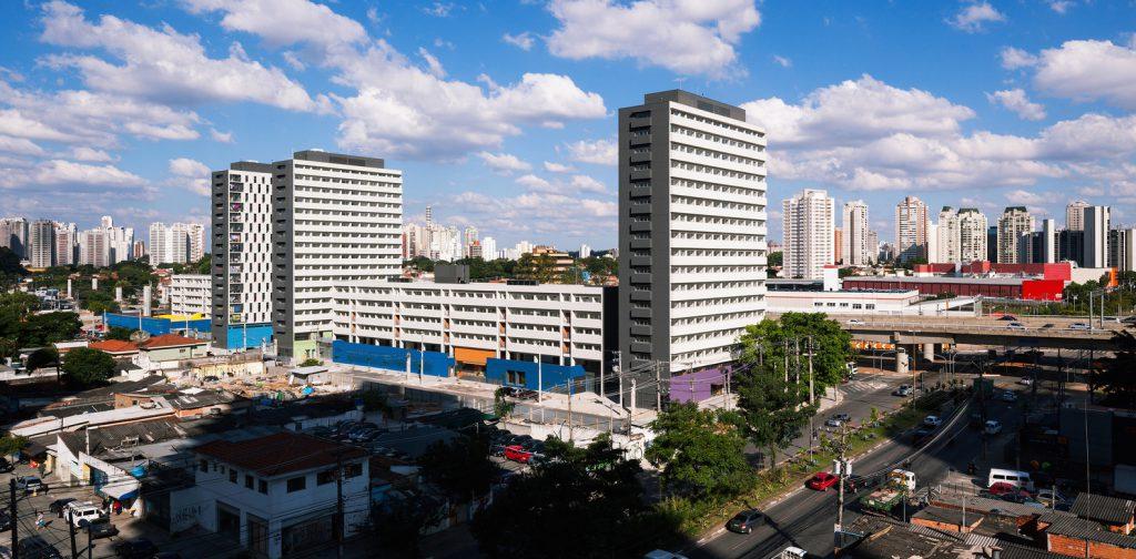 Conjunto habitacional Jardim Edite foi construído no lugar de uma favela. Espaço é integrado à escola, restaurante, UBS e à economia da região nobre do Broolyn, onde está localizado. Foto: Nelson Kon